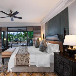 China Solid ash wood bedroom furniture set for 5 star hotel furniture thailand on sale